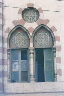 نافذتين على هيئة زنبقتى لوتس يعلوهما أتن من جامع الصالح أيوب