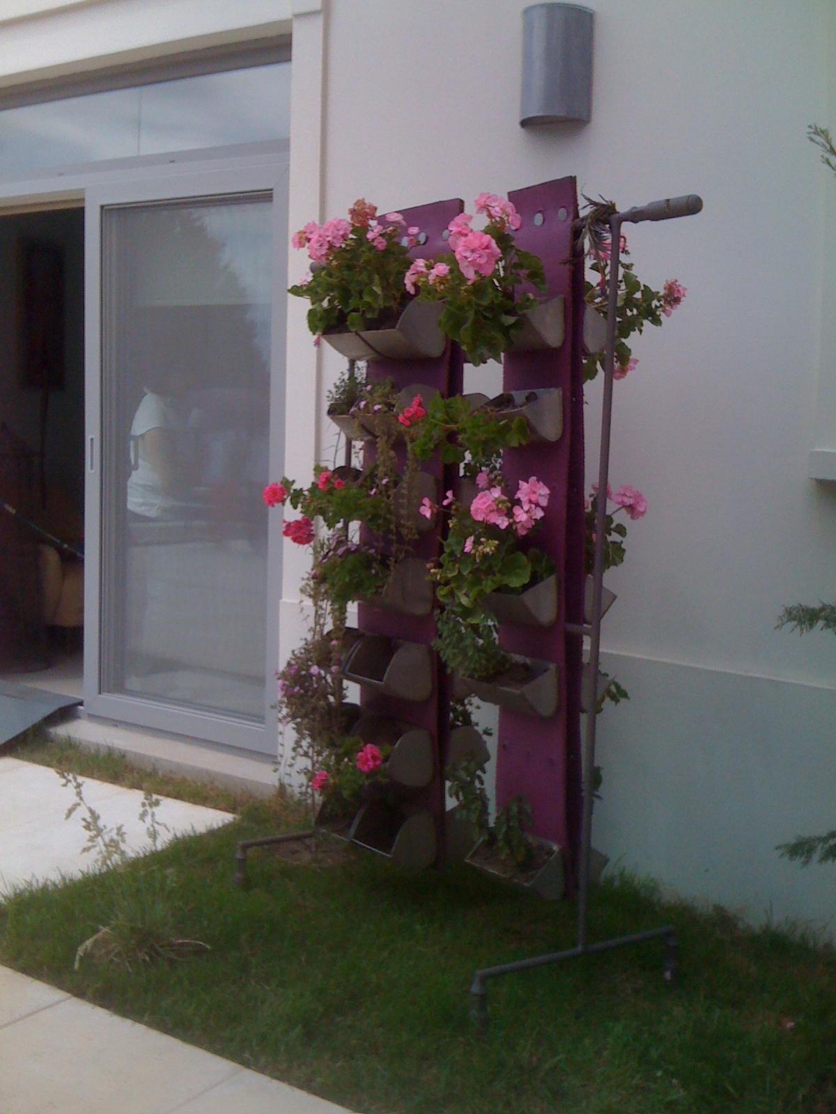 Dondehogar una terraza soleada caso 81 redecorate - Macetas en la pared ...