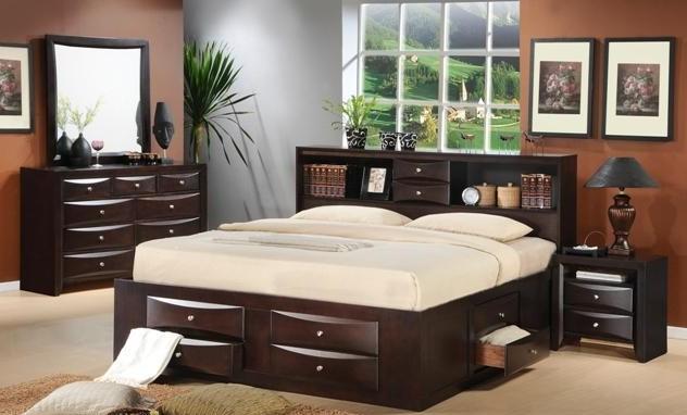 las mesas de luz flotantes integradas en la cabecera y las cajas rodantes debajo de la cama se con una repisa cerrada estilo alacena