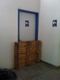 Porta de acesso ao banheiro adaptado bloqueada