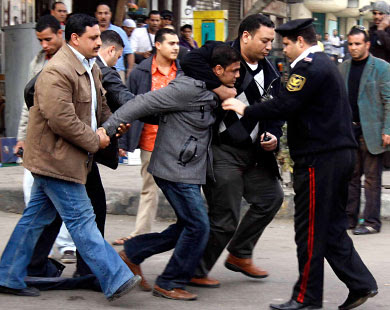 http://3.bp.blogspot.com/_TBiPr414gGc/TUrabkKLB7I/AAAAAAAAAXs/QrHw0SGEiIQ/s400/rusuhan+di+mesir-penunjuk+perasaan+ditangkap+polis.jpg