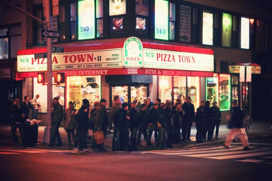 http://3.bp.blogspot.com/_TFSGsRRvCP8/S-vvLBUdiZI/AAAAAAAACdA/B4ixWcA-ack/s1600/Walk+In+New+York+-+New+York+Street+-+Pizza+Town.jpg