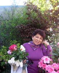 Luisa Sepúlveda cortando flores en su jardín en la ciudad de Valdivia
