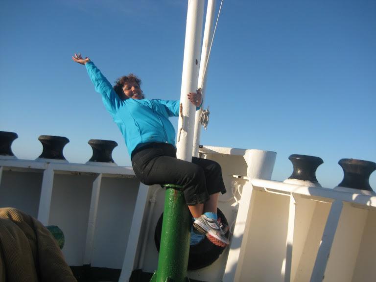 Mujer en la proa en el Ferry Puerto Edén