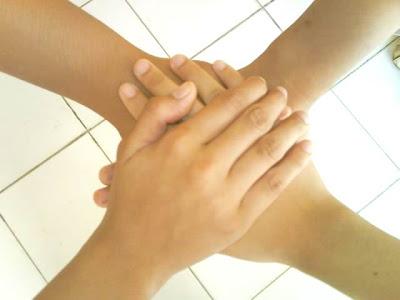 http://3.bp.blogspot.com/_TLAajYCPDBc/SaKgMhGUObI/AAAAAAAAAAM/LNFWpJFb-II/s400/persahabatan.jpg