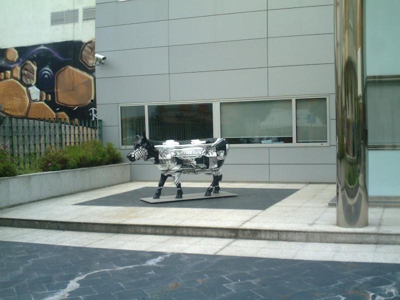 Escultura de una vaca en el exterior del Gobierno Regional de Cantabria