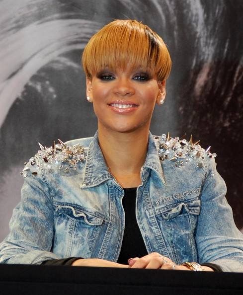 Here are Rihanna's latest short hairstyle, straight cut with highlighted