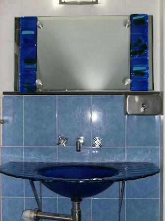 Lavabo termoformado y detalles en espejo