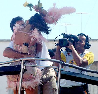 Beijo de Ivete no Apresentador Guilherme