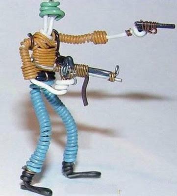 மின் வயரினால் செய்யப்பட்ட அழகான மனிதர்கள் துப்பாக்கிகள் 47139,xcitefun-wire-soldiers-10