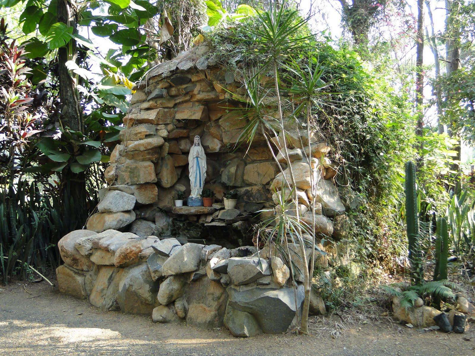 Cantos e Encantos: A Gruta de Nossa Sra. de Lourdes