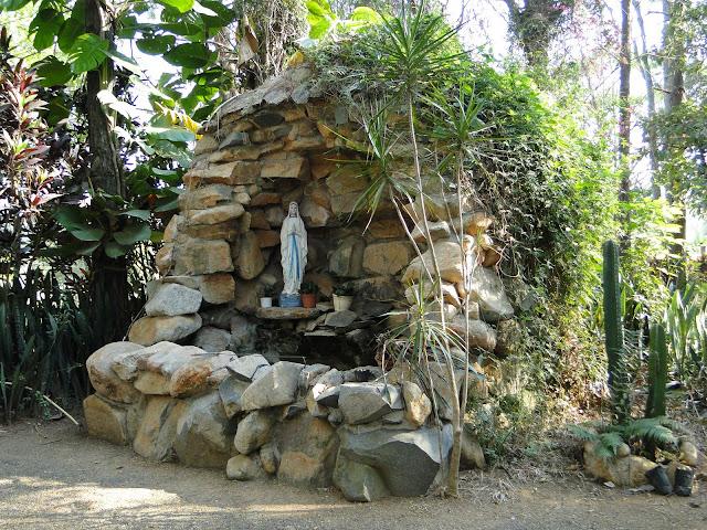 gruta de pedra para jardim:PROSA – TRECOS E CACARECOS: Como montar um altar particular.