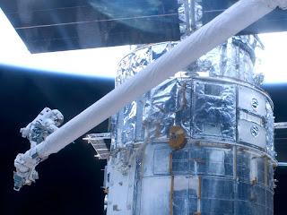 Telescopio Hubble y astronautas