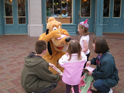 Disneyland - Gwen and the kids with Pluto