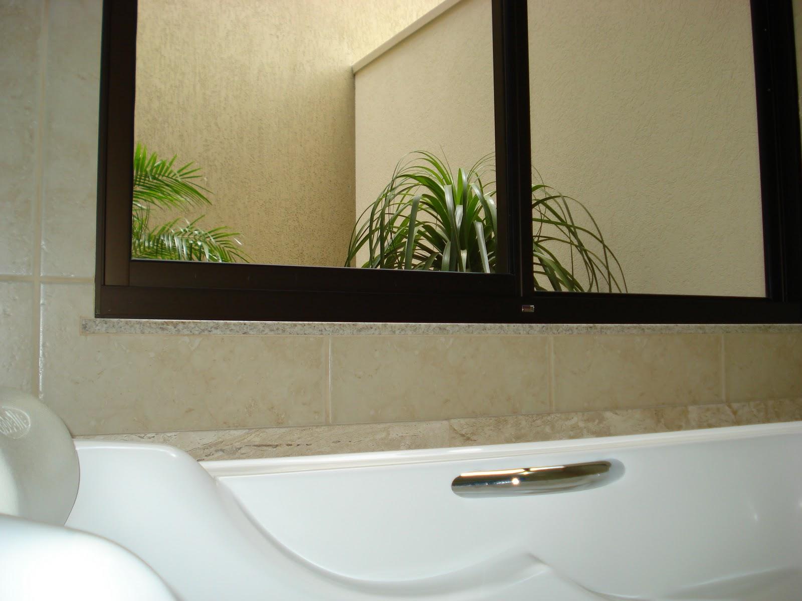 Este banheiro em L  contorna o jardim intimo. Da banheira é  #4C6118 1600 1200