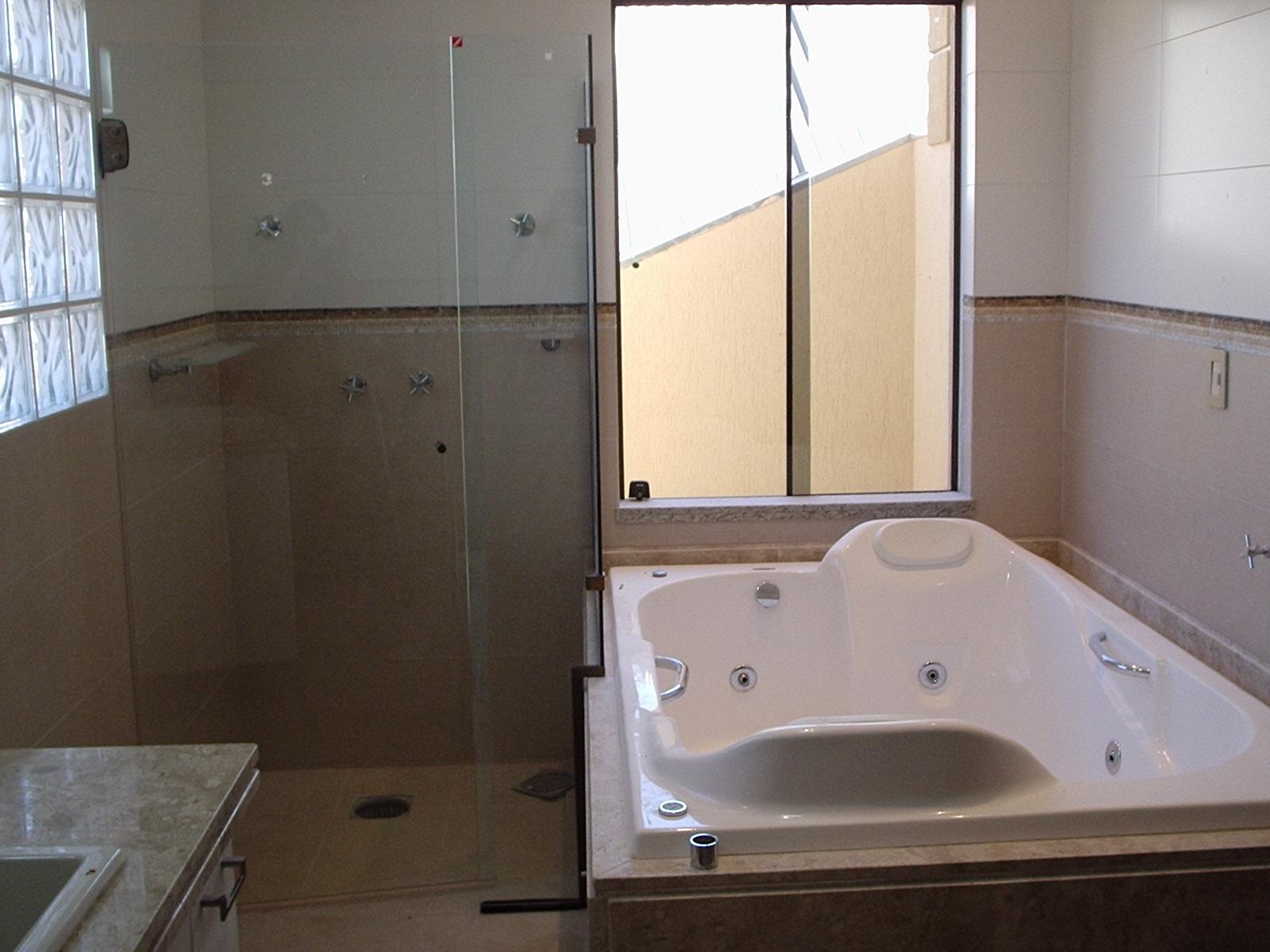 Porcelanatos em tons claros tijolos de vidro e uma ampla janela  #8D6B3E 1600 1200