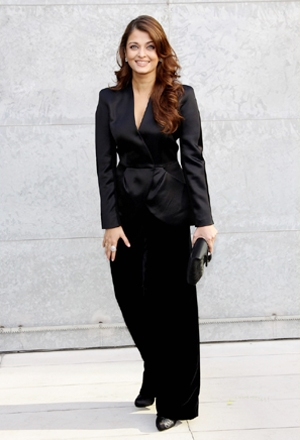 Aishwarya Rai Bachchan - Stránka 7 Aishwarya+Rai+in+Black+at+Giorgio+Armani+fashion