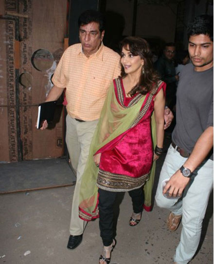 Malaika Arora Madhuri Dixit on Jhalak Dikhla Jaa Set Pics cleavage