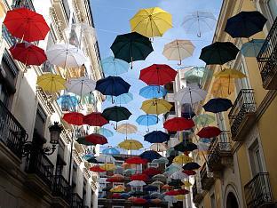 Paraguas en el cielo