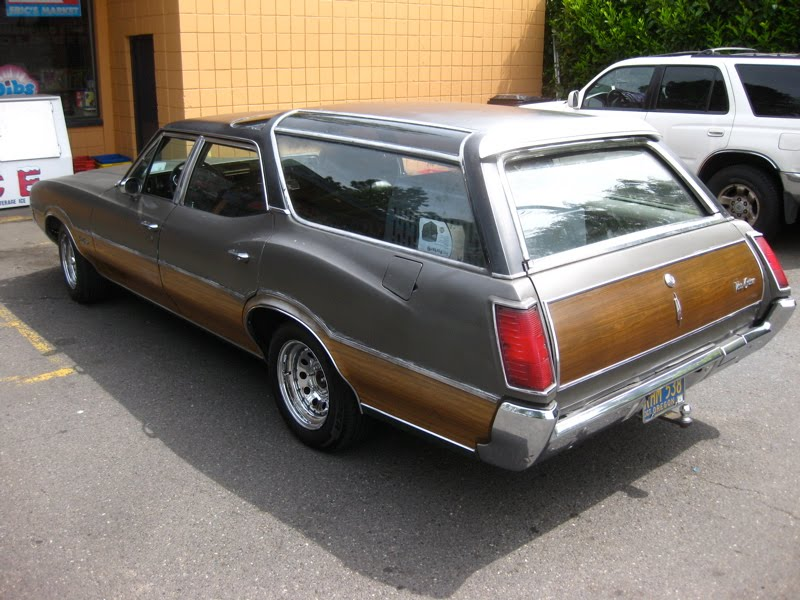 Old parked cars 1972 oldsmobile vista cruiser wagon