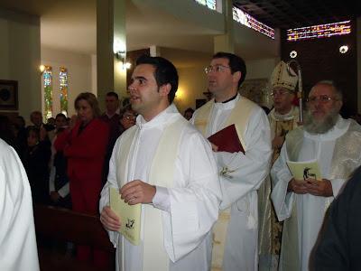 Monseñor González Montes administra el sacramento de la Confirmación a hermanos  de la Coronación