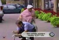 【ドッキリ】おばあさんが警官に蹴りを入れた!!