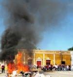 QUEMAN BASURA EN PALACIO TENABO SINDICALIZADOS TRES PODERES CAMPECHE. 9FEB2011.