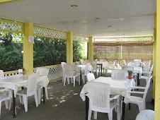 Buiten eet terras voor ongeveer 30 personen