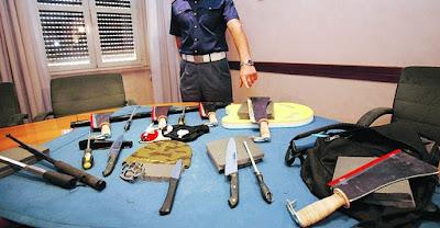 Le armi sequestrate ai tifosi laziali