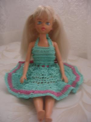 Vestido para Barbie em crochê verde com detalhe rosa
