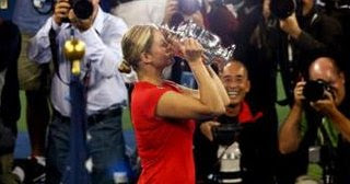 Kim Clijsters holding the 2009 US Open trophy