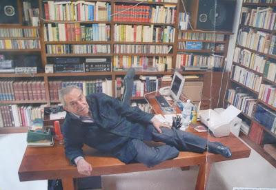 Gabriel García Márquez en su despacho del DF posando sexy para Women's Maxim