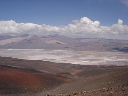Vista del Salar, el Volcán (entre nubes a la izquierda) y el pueblo de Antofalla (derecha)