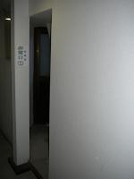 【照片:兩條逃生路線中的其中一扇門,另一扇門的通路比較大一點,不過我沒走出去過也不清楚如何。】
