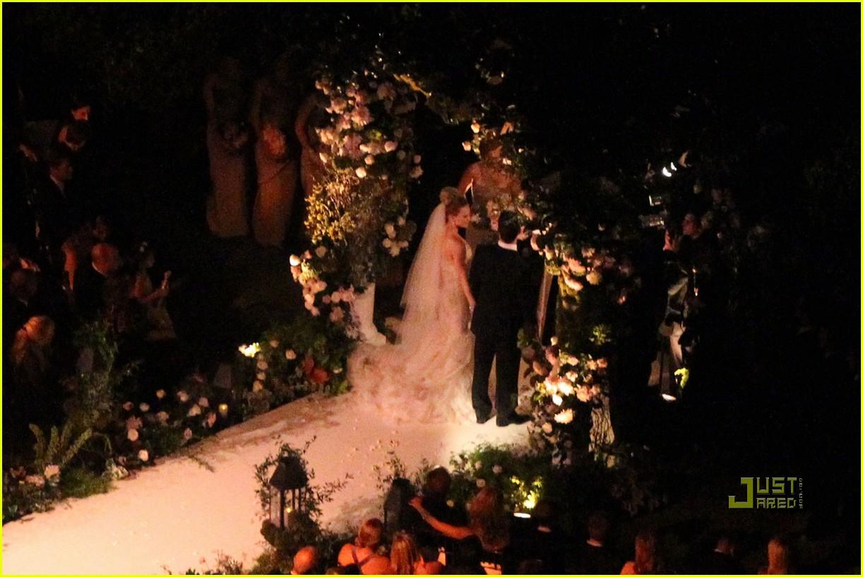 http://3.bp.blogspot.com/_UE15vGf7ylc/TGqBPfh1BJI/AAAAAAAABa0/LF6ZEKpj5Oo/s1600/hilary-duff-wedding-pictures-16.jpg