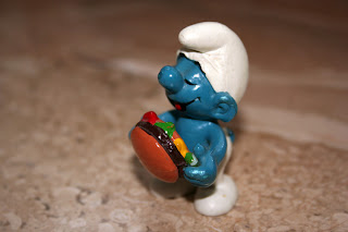 штрумпф с гамбургером