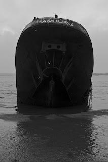 Gestrand schip op strand Blankenese