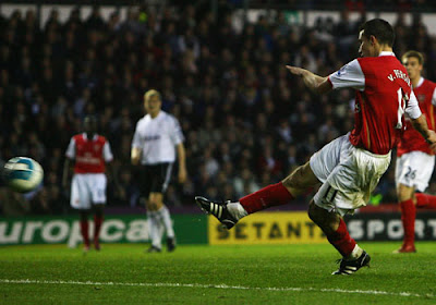 Robin Van Persie of Arsenal scores to make it 2-1