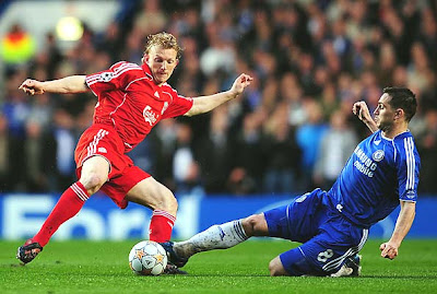 Dirk Kuyt of Liverpool is tackled by Frank Lampard of Chelsea during their UEFA Champions League semifinal second-leg match at Stamford Bridge on April 30, 2008 in London, England.