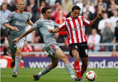 Arvaro Arbeloa of Liverpool tackles Kieran Richardson of Sunderland