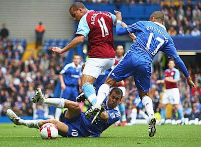 Gabriel Agbonlahor of Aston Villa battles with Joe Cole (left) and Jose Bosingwa (right) of Chelsea.