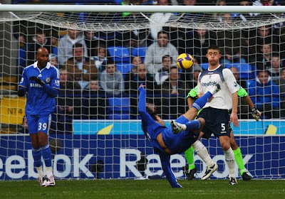 Deco of Chelsea scores the second goal with an overhead kick