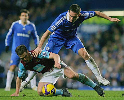 Chelsea's Frank Lampard (right) vies with West Ham's Scott Parker. The Hammers held off Chelsea to bag a point at the Bridge with a 1-1 draw