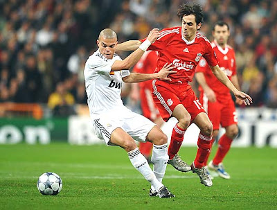 Pepe of Real Madrid battles with Yossi Benayoun of Liverpool during their Champions League Round of 16, first-leg match at the Estadio Santiago Bernabeu on February 25, 2009 in Madrid, Spain.