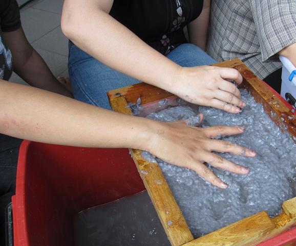 Untuk menghemat air, bubur kertas yang diblender tadi, disaring ...