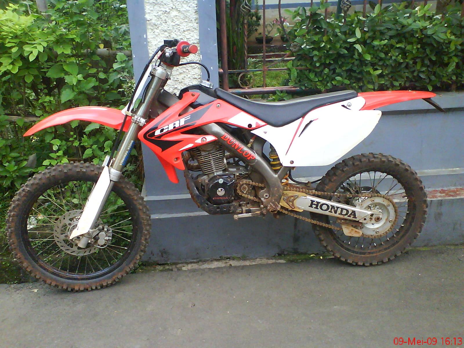 ... CB125. Kaki-kaki pakai limbah punya Yamaha WR, Bodi pakai Honda CRF