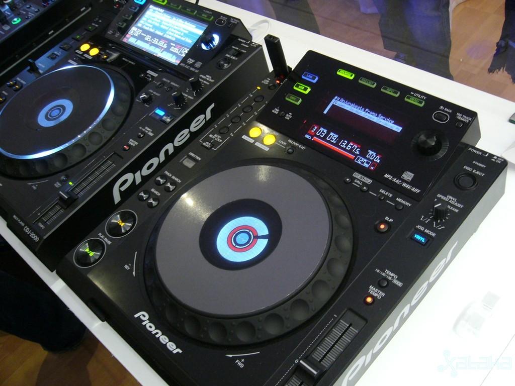 http://3.bp.blogspot.com/_UMK9L2BCltw/THqYGkkgAHI/AAAAAAAAARk/J63HObKi_3E/s1600/pioneer-cdj-2000-big-1.jpg