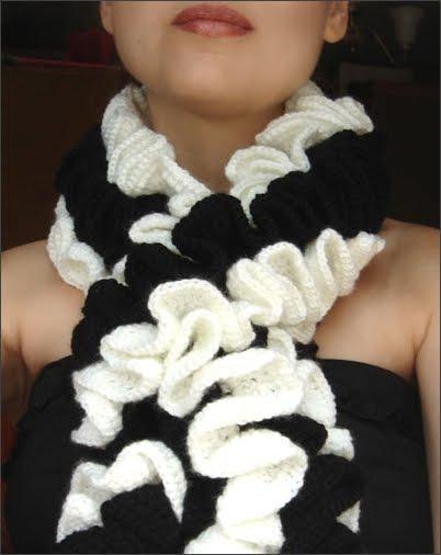 Многие девушки любят воланы и этот шарфик, точнее тип шарфа, связанного крючком, может многим приглянуться