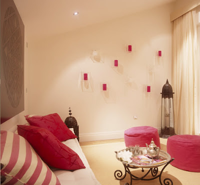http://3.bp.blogspot.com/_UOC3TT81i8k/RiLLKCwWssI/AAAAAAAALe4/S426dAOlrcU/s400/Taylor+Howes+Design,+pink+living+room,+pouffe,+art.jpg