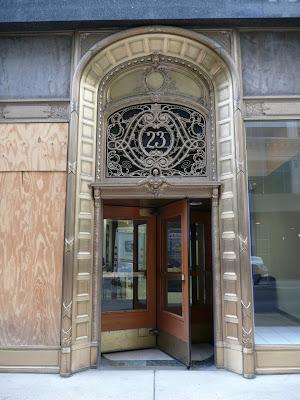 Porta decorada de l'edifici dels grans magatzems Carson, Pirie, Scott & Co., actualment tancats i en restauració, projectats per L.H. Sullivan el 1899.